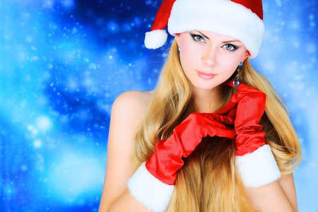 junge frau nackt: Portrait of a nackte junge Frau mit Weihnachten M�tze und Handschuhe �ber rot Sternenhimmel und Schnee. Lizenzfreie Bilder