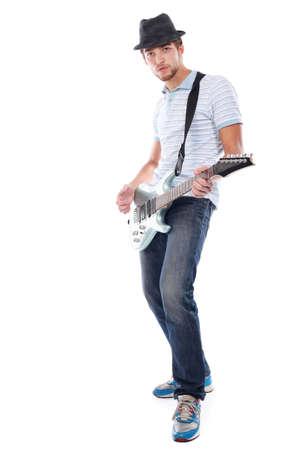 Aufnahme eines jungen Mannes, der seine Gitarre mit großen Gefühle.