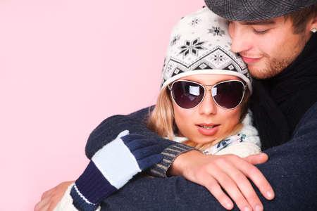 ropa de invierno: Retrato de abrazar la joven pareja en ropa de abrigo.