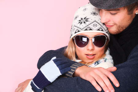 warm clothes: Ritratto di abbracciare la giovane coppia in abiti caldi.