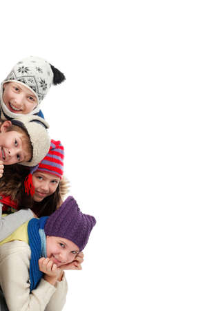 Grupo de adolescentes en ropa de abrigo mirando el tablero blanco. Foto de archivo