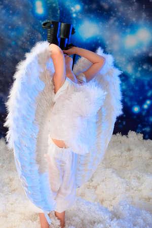 snowy background: Hermoso angelito en un fondo cubierto de nieve.