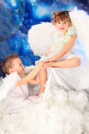 Belli piccoli angeli a uno sfondo innevato. Archivio Fotografico - 5965606