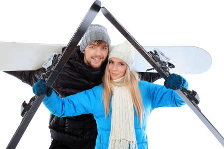 warm clothes: Ritratto di giovane coppia in vestiti pesanti, azienda di sci e snowboard.