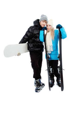 warm clothes: Ritratto di giovane coppia in abiti caldi azienda sci e snowboard.