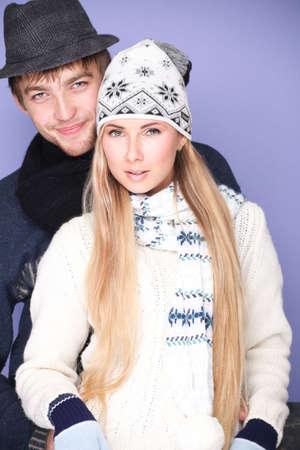 warm clothes: Ritratto di abbracciare la giovane coppia in vestiti pesanti.