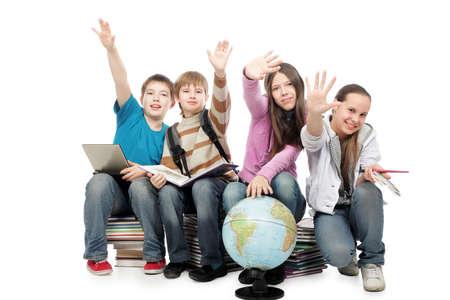 Thème de l'éducation: groupe d'adolescents émotionnels assis ensemble.