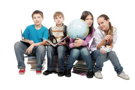 Tema educativo: Grupo de adolescentes emocionales sentados juntos.