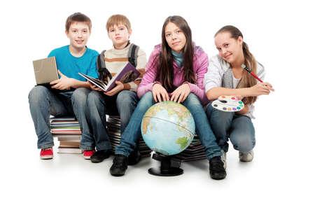 Tema educativo: Grupo de adolescentes emocionales sentados juntos en los libros.  Foto de archivo