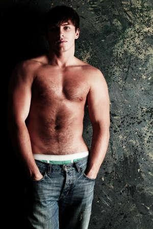 modelos hombres: Retrato de un modelo masculino muscular guapo.