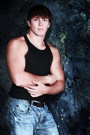 hombres musculosos: Retrato de un modelo masculino muscular guapo.
