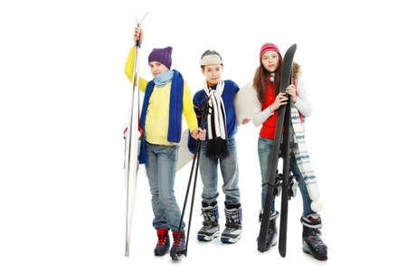 warm clothes: Gruppo di adolescenti in vestiti pesanti, azienda di sci e snowboard.