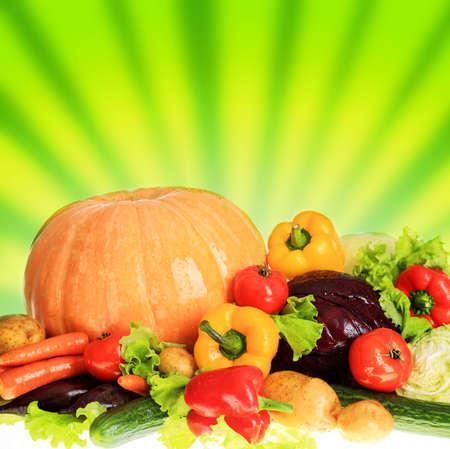 viveres: Hortalizas frescas, frutas y otros productos alimenticios. Rodada en un estudio. Foto de archivo