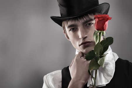 hombre con sombrero: Retrato de un joven se�ores vistiendo chaqueta de cena y sombrero negro de la parte superior. Rodada en un estudio.