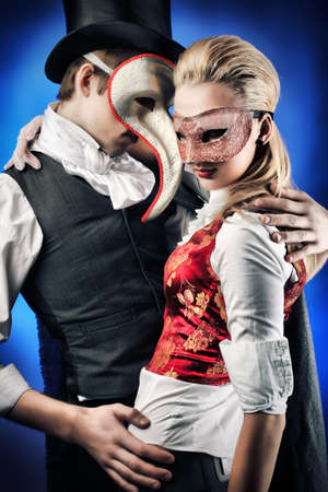 mascaras teatro: Retrato de la joven pareja elegante en trajes de farsa. Rodada en un estudio.
