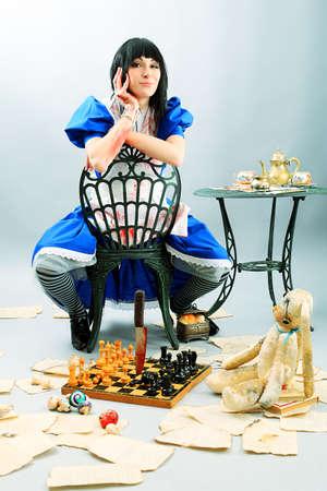 alice au pays des merveilles: Portrait d'une jeune femme habill?e comme Alice au pays des merveilles, du jeu vid?o.