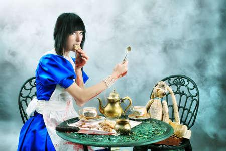 alice au pays des merveilles: Portrait d'une jeune femme habill�e comme Alice au pays des merveilles, du jeu vid�o.