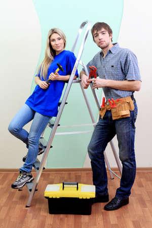 reparaturen: Gl�ckliche Familie Reparatur an ihrer neuen Heimat.  Lizenzfreie Bilder
