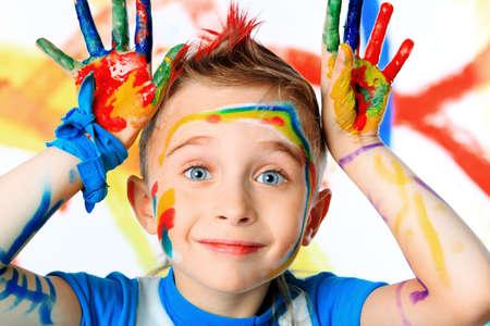 Portret van een mooi kind genieten van zijn schilderij. Onderwijs.