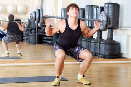 cuerpo hombre: Hombre deportivo en el centro de gimnasio. Foto de archivo