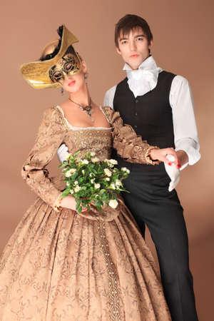 Retrato de una hermosa pareja en trajes de la �poca medieval. Rodada en un estudio.