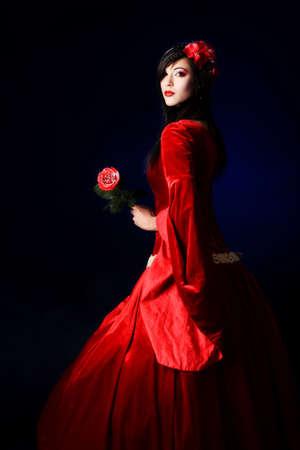 maquillaje de fantasia: Retrato de una hermosa mujer en traje de �poca medieval. Rodada en un estudio.