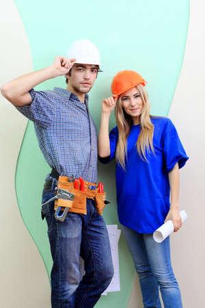 reparaturen: Gl�ckliche Familie wiederaufgearbeiteten Ihre neuen Zuhause.