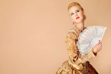 middeleeuwse jurk: Portret van een mooie vrouw in de Middeleeuwen jurk. Shot in een studio.  Stockfoto