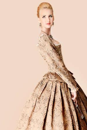 vestido medieval: Retrato de una hermosa mujer en traje de �poca medieval. Rodada en un estudio.