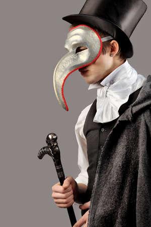 mascara de teatro: Retrato de un joven se�ores vestir traje de farsa. Rodada en un estudio.