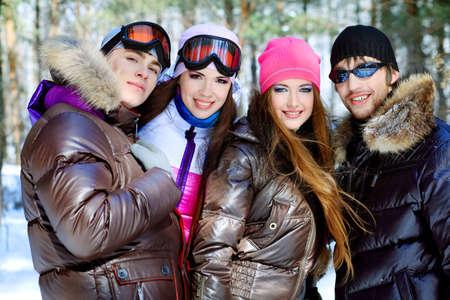 Grupo de j�venes de tener un descanso al aire libre en invierno.