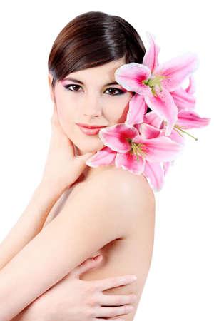 Aufnahme einer jungen schöne Frau mit einer Lilie Blumen. Über weißen Hintergrund isoliert. Standard-Bild