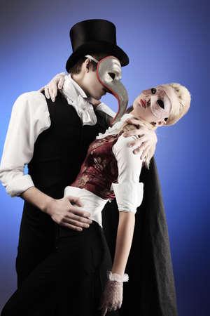 seigneur: Portrait de la jeune couple �l�gant en costumes mascarade. Tourn� dans un studio.