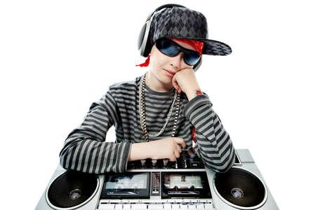 tape recorder: Disparo de un adolescente de moda escuchar música en auriculares. Aislado sobre fondo blanco.