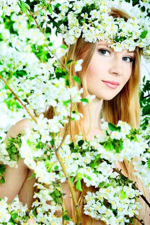arbol de manzanas: Retrato de una ni�a de hermosos primavera de flores de �rbol de manzana.