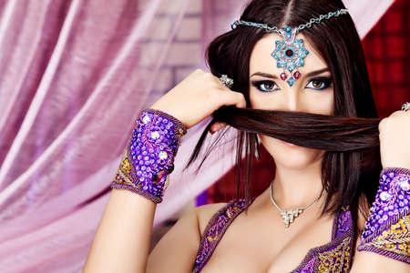 желудок: Выстрел восточные женщины в традиционных костюмах. Фото со стока