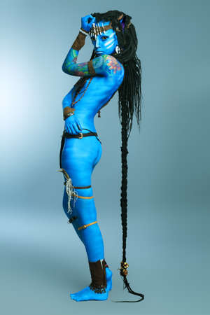body paint: Retrato de la mujer de avatar. Filmada en un estudio.