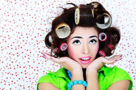 crazy people: Schu� von eine lustige Frau-Hausfrau gekleidet im retro-Stil.
