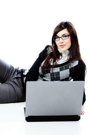 Retrato de una joven y bella mujer en un traje de negocios con un ordenador port�til. Aislados sobre fondo blanco  Foto de archivo