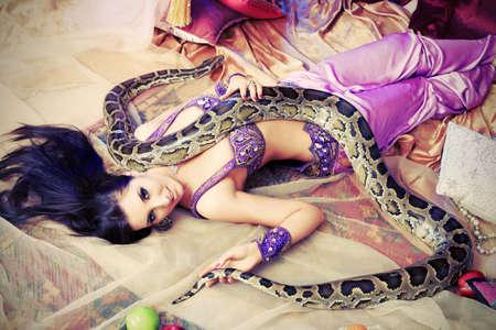 vientre femenino: Tiro de una mujer oriental posando con un pit�n.