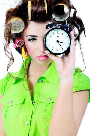 woman clock: Disparo de un ama de casa de la mujer divertida vestido de estilo retro.