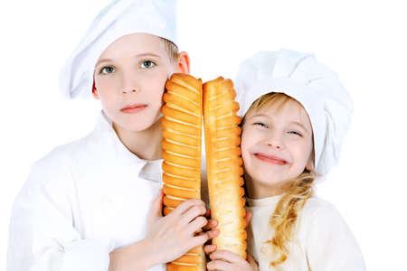 Disparo de un poco de chico de cocina y chica en un uniforme blanco. Aislados sobre fondo blanco.