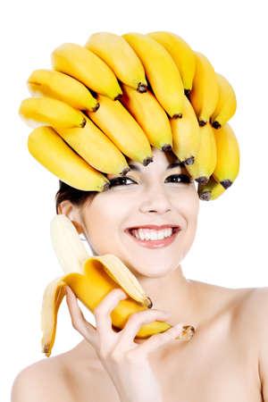 Tiro de una joven y bella mujer con sombreros de frutas. Concepto de alimentos, cuidado de la salud.  Foto de archivo
