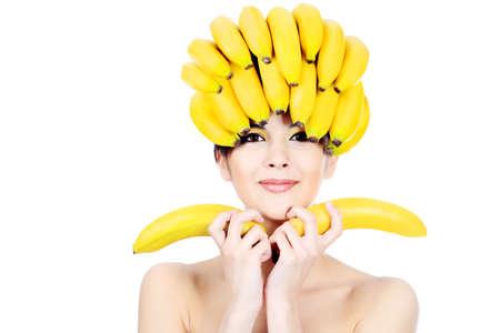 female head: Tiro de una joven y bella mujer con sombreros de frutas. Concepto de alimentos, cuidado de la salud.  Foto de archivo