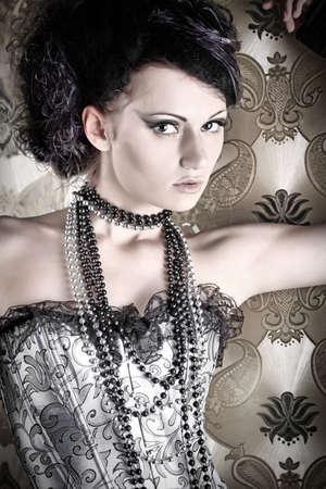 deseo sexual: Hermosa mujer moda sobre fondo vintage.  Foto de archivo