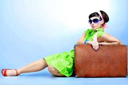 maleta: Retrato de una joven y bella mujer en estilo retro.