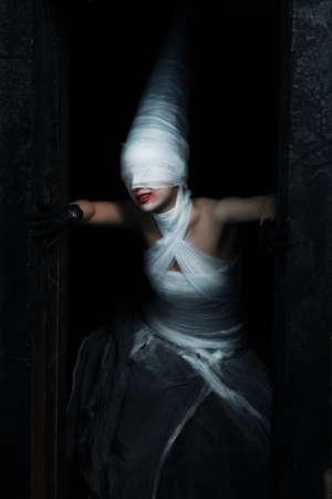 Tiro de una ni�a de Crep�sculo en vestido blanco. Halloween, horror.  Foto de archivo