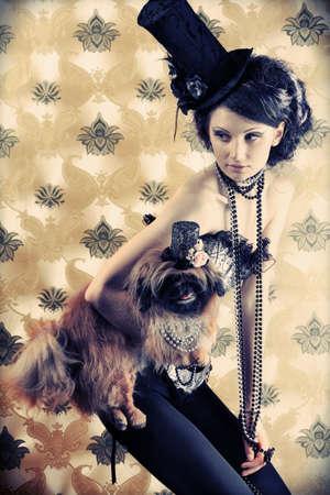 deseo sexual: Retrato de una dama de moda con un perro sobre fondo vintage.