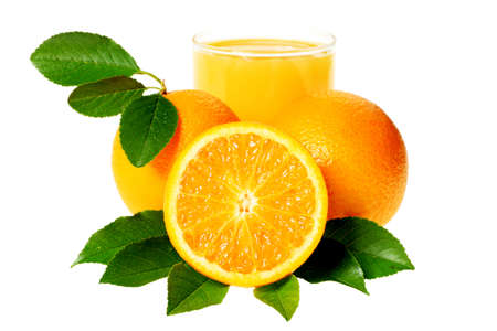 白い背景で隔離されたオレンジ ジュースのガラスと新鮮なオレンジ