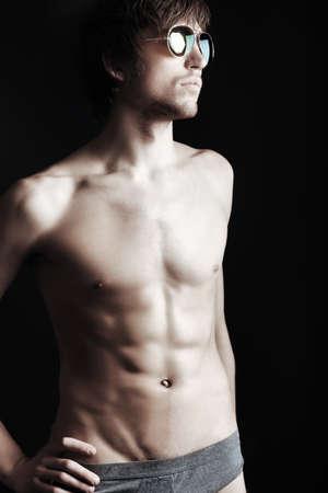 Retrato de un apuesto joven muscular. Filmada en un estudio.